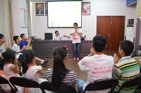志愿者通过一些肢体语言和手语让小朋友加深对残疾人的理解