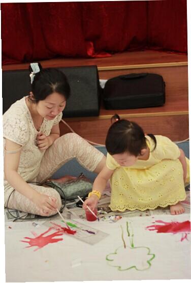 孩子和大人一起绘画